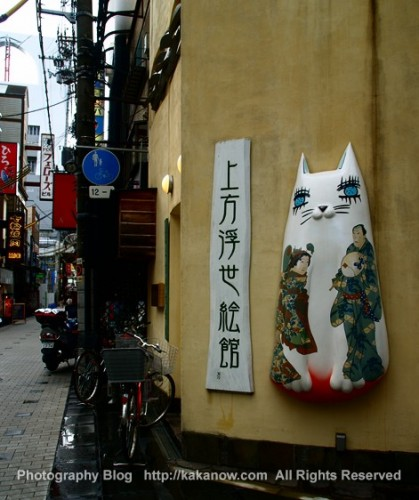 A cat shop sign for an ukiyoe paintings shop at shinsaibashi in Osaka, Japan. Photo by kaka. http://kakanow.com