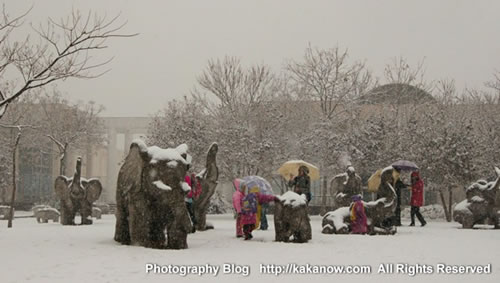 Elephant sculptures in Beijing Zoo, China. Photo by KaKa.
