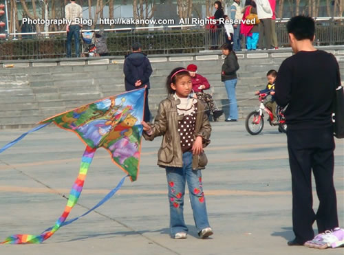 People kite-flying in spring in Beijing China. Photo by KaKa.