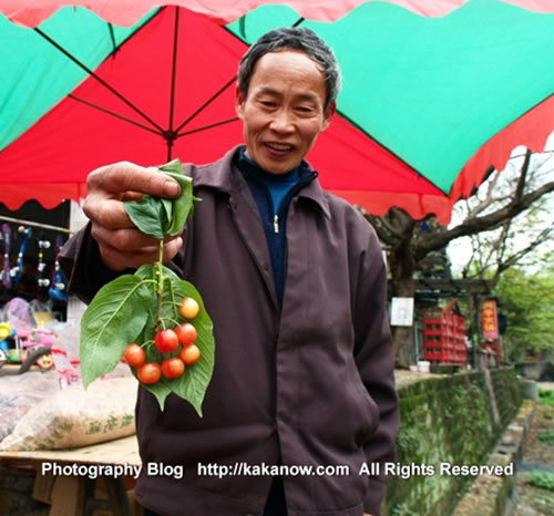 China travel, Chongqing, a farmer sale local cherry. Photo by KaKa.