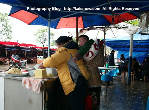 "China travel, Chongqing, stall holder is a mother, she carried the child to cook, the gourmet called ""Shaoshou"". Photo by KaKa."