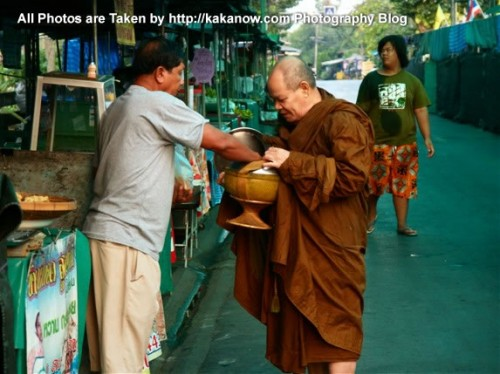 Thailand travel, Bangkok, Floating Market, early in the morning the monks alms. Photo by KaKa.