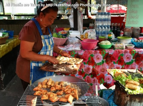 Thailand travel, Bangkok, Floating Market, Thailand special snacks, spring rolls. Photo by KaKa.
