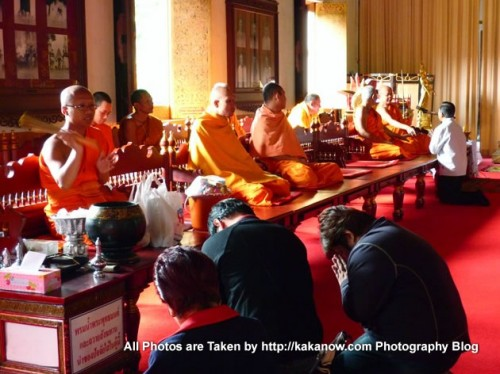 Thailand travel, Chiang Mai, Temple, Wat Phra Sing. Monks and believers. Photo by KaKa.