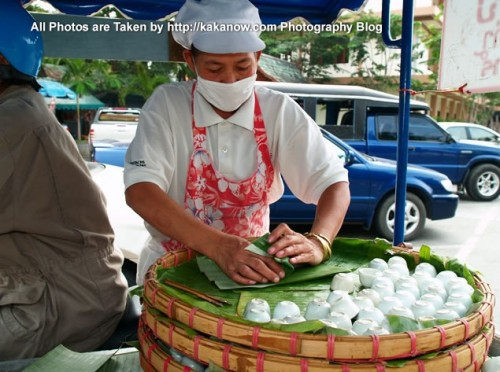 Thailand travel, Chiang Mai, Temple, Wat Phra Sing. A woman sell coconut flavor dessert in temple. Photo by KaKa.