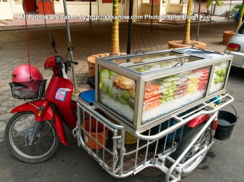 Thailand travel, Chiang Mai, Temple, Wat Phra Sing. Sell fruit car. Photo by KaKa.