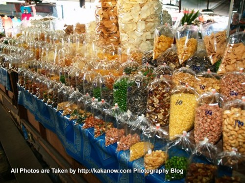Thailand travel, a traditional market in Chiang Mai. Snacks stalls. Photo by KaKa.
