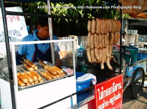 Thailand travel, a traditional market in Chiang Mai. Fried sausages. Photo by KaKa.