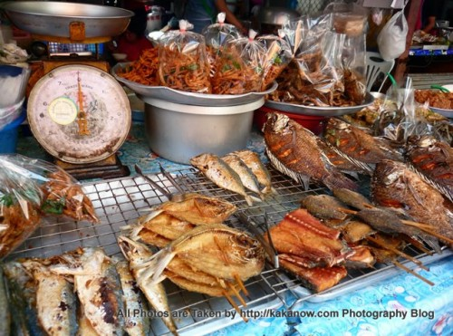 Thailand travel, a traditional market in Chiang Mai. Baked fish. Photo by KaKa.
