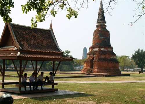 Thailand travel, Ayutthaya, Middle School boys. Photo by KaKa.