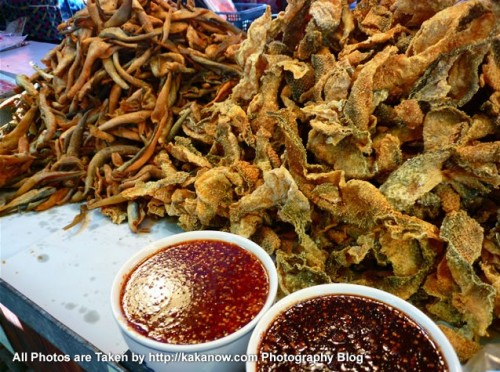 Thailand travel, Ayutthaya, Traditional market, snack Fried Fish Skin. Photo by KaKa.
