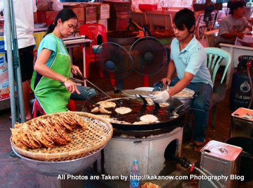 Thailand travel, Ayutthaya, Traditional market, snack Fried Crispy Cake. Photo by KaKa.