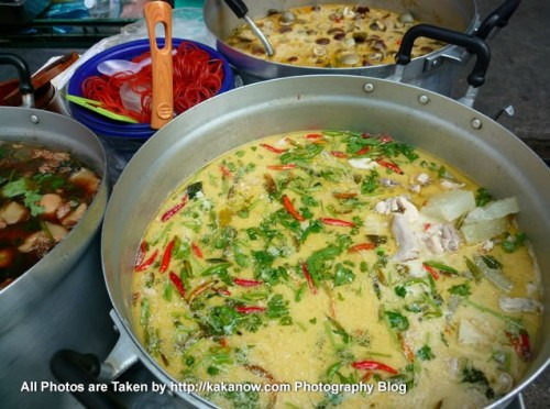 Thailand travel, Ayutthaya, traditional market, Thai curry. Photo by KaKa.
