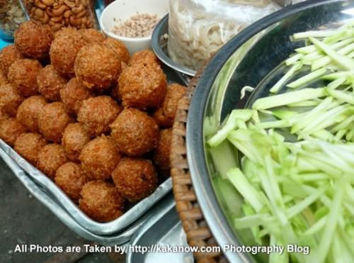 Thailand travel, Ayutthaya, Traditional market, Fried meat round. Photo by KaKa.